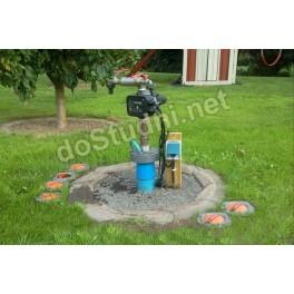 Studnia w ogrodzie z zainstalowaną pompą głębinową
